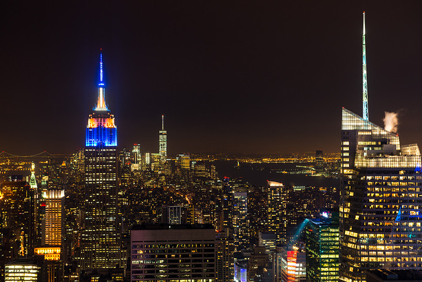 Top of the Rock: Das Empire State Building vor der nächtlichen Skyline